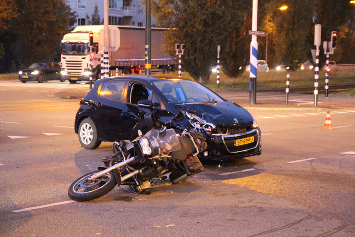 Motorrijder in botsing met auto op Laan van Hoornwijck.