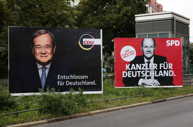 Verkiezingsaffiches voor Armin Laschet (links) en Olaf Scholz, de twee kandidaten om Angela Merkel op te volgen. Beeld AP