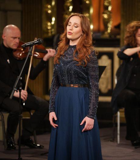Helmondse Laetitia Gerards zingt tijdens Nationale Dodenherdenking