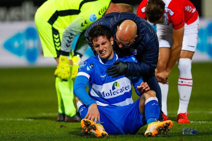 PEC-aanvaller Slobodan Tedic vergaat van de pijn, nadat hij in het duel met FC Emmen een flinke por heeft gekregen in zijn ribbenkast.