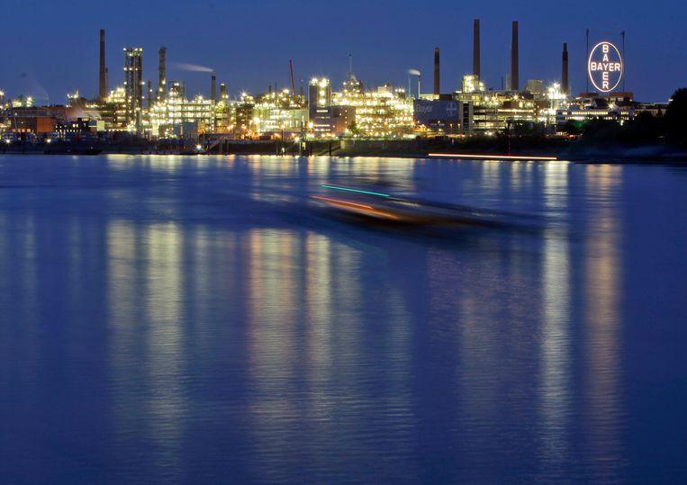 De fabriek van chemieconcern Bayer aan de Rijn.  Beeld AP