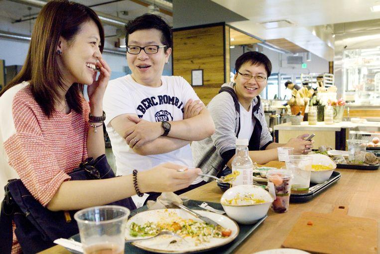 Medewerkers van Google lachen en genieten van de lunch. Beeld Io Cooman
