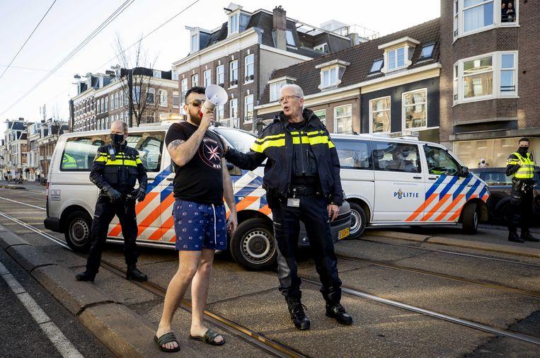 Ex-lachgaskoning Deniz Üresin roept tegen actievoerders van Extinction Rebellion die de Amsterdamse Overtoom blokkeren vorige maand. Beeld ANP