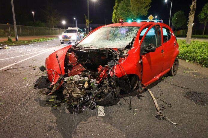 De man crashte met zijn auto tegen een boom op de Meerenakkerdreef in Eindhoven.
