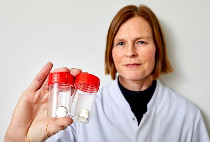 Kinderarts Lissy de Ridder van het Erasmus MC waarschuwt voor kleine batterijtjes die door kinderen kunnen worden ingeslikt. Ze heeft richtlijnen opgesteld voor artsen, onder meer zodat zij de symptomen sneller herkennen.