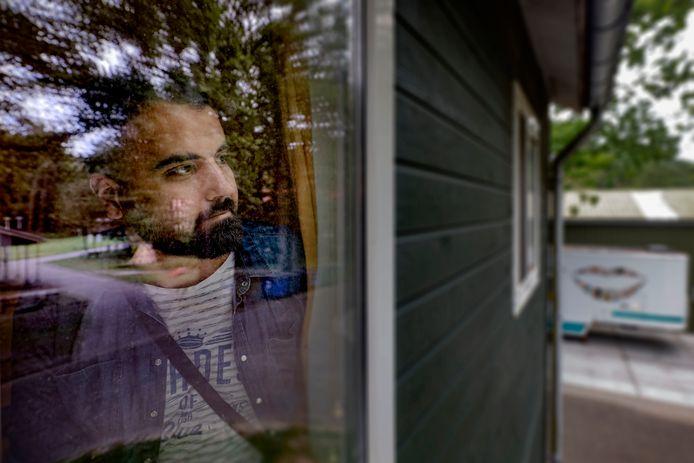 Bashar Abdallah wacht in het azc in Oisterwijk op woonruimte, net als duizenden anders in opvangcentra door het hele land.
