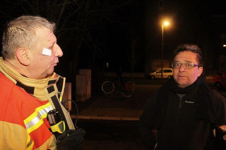 De burgemeester in gesprek met brandweermajoor Frank Vanhixe.