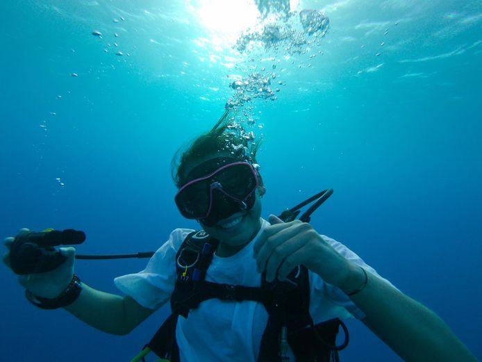 Zoë Degens wordt opgeleid tot duikinstructeur op Bonaire.