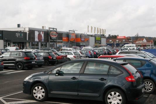 Er is veel parking voor auto's, maar fietsenstallingen zie je er niet of nauwelijks.