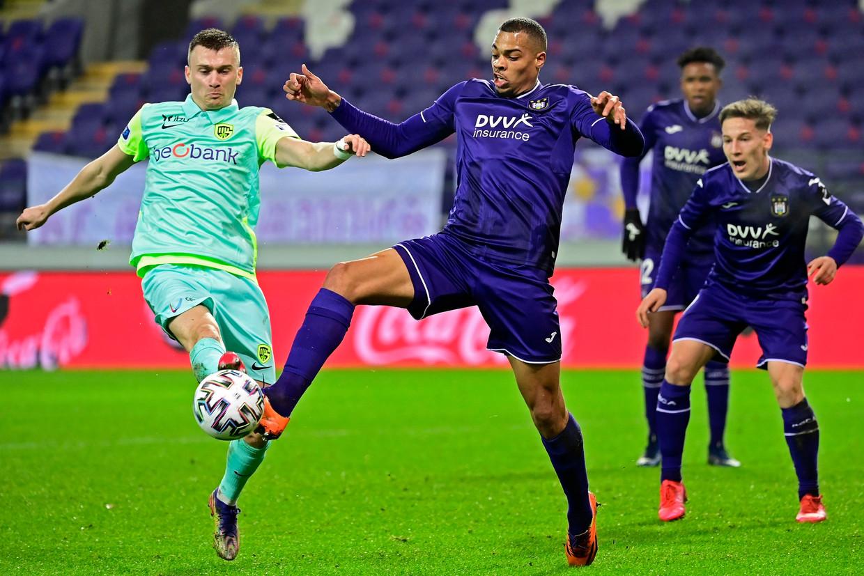 Genk-middenvelder Bryan Heynen (links) gaat stevig in duel met Lukas Nmecha in Anderlecht. Beeld Photo News