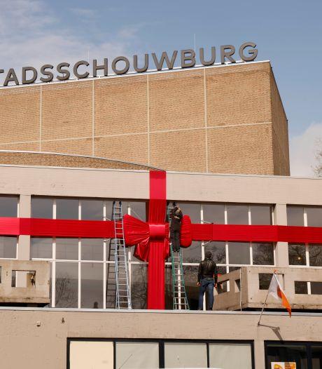 Stadsschouwburg viert alvast feestje met rode strik en tentoonstelling: 'Al zestig jaar een plek waar je blij van wordt'