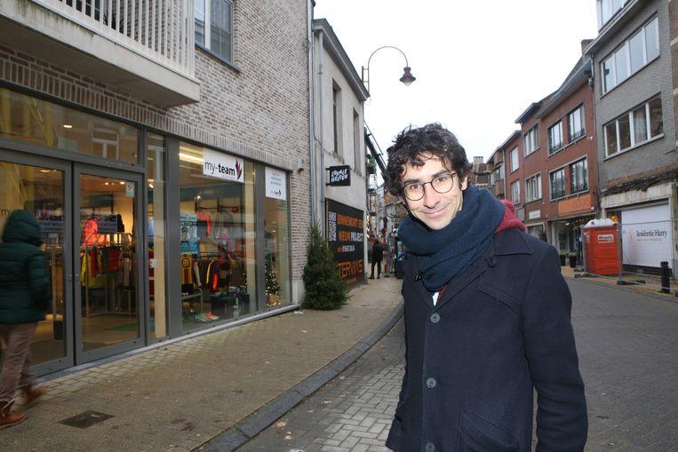 AARSCHOT-Schepen van Lokale Economie Mattias Paglialunga in de Martelarenstraat aan het pand waar de Stadsfabriek in huisde is nu een grote sportwinkel
