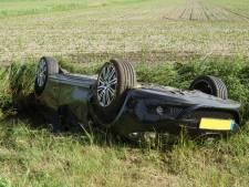 Automobilist belandt op de kop in de sloot in Waspik