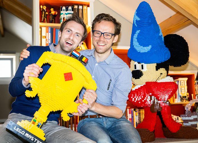 Roy Franssen  (r) en Thomas Goelen thuis met de LEGO Masters beker die ze wonnen. Rechts een Mickey Mouse creatie, een van de vele Lego-dingen waarmee ze hun huis versierden.