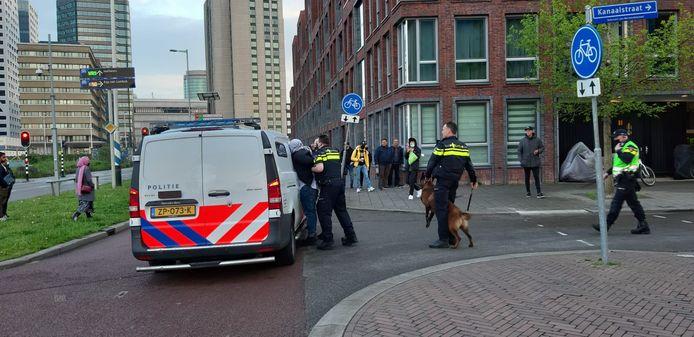 Een demonstrant wordt in een politiebusje gezet
