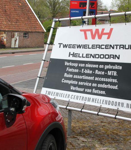 Automobiliste botst tegen reclamebord in Hellendoorn