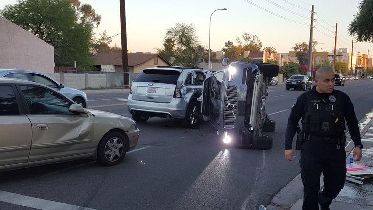Een zelfrijdende Volvo ligt op zijn kant na een botsing in Tempe, Arizona (VS). Beeld Reuters
