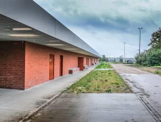 138 meter lange nieuwe kleedkamers van 3,5 miljoen euro geopend, buiten aan sportcentrum Lange Munte