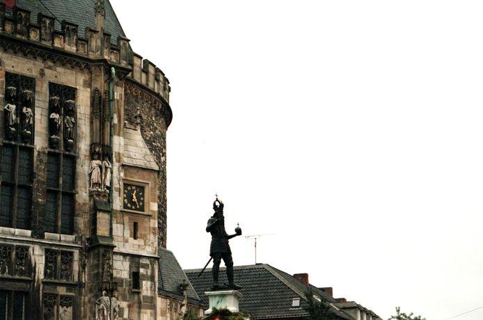 Het standbeeld van Karel de Grote op de markt van Aken.