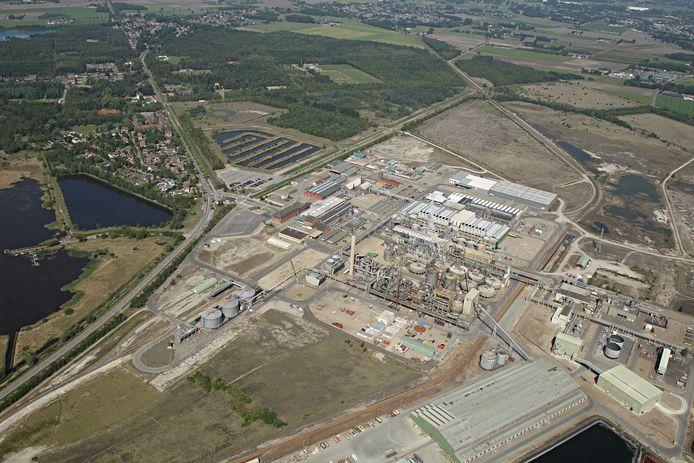 Een luchtfoto van de fabriek van Nyrstar in Budel. Bovenin ligt het terrein waar Duurzaam Industriepark Cranendonck gerealiseerd zou worden.