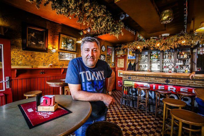 De Reisduif, één van de oudste cafeetjes van Brugge, uitgebaat door Dirk Van Overmeire.