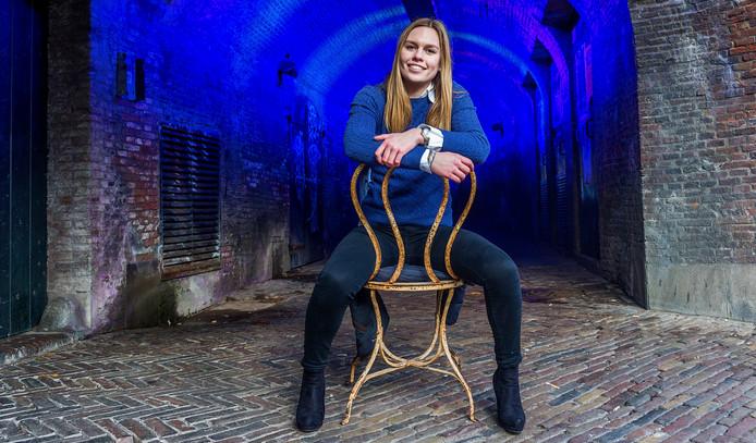 Carlijn Huberts bij de gracht in Utrecht, de stad waar ze woont.