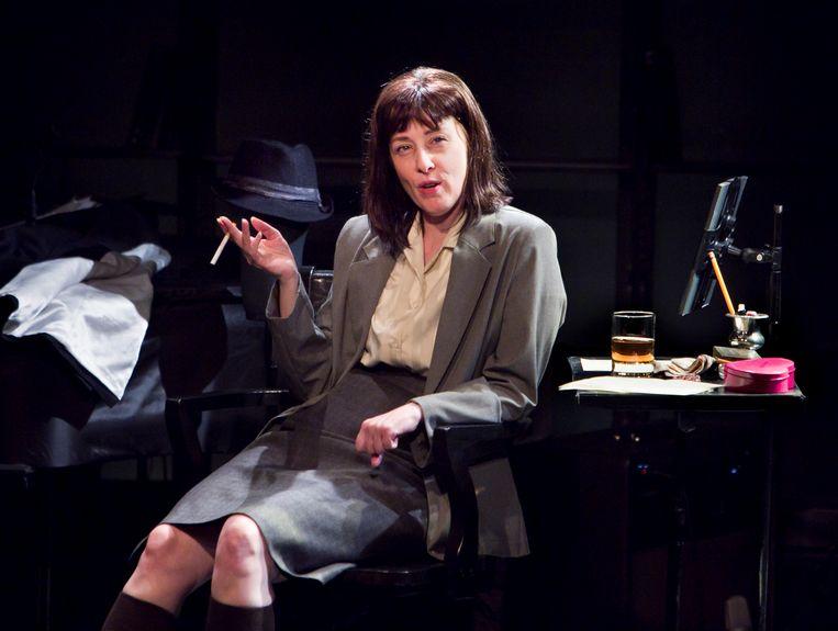 Suzanne Vega als Carson McCullers in 'Carson McCullers Talks About Love', de theatervoorstelling die ze enkele jaren geleden aan haar idool wijdde.  Beeld NYT