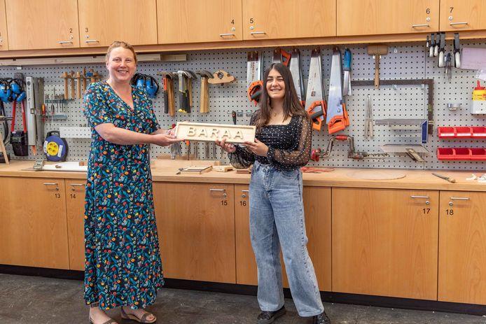 Alice Potter van het Techniekhuis overhandigt Baraa Beroo haar prijs.