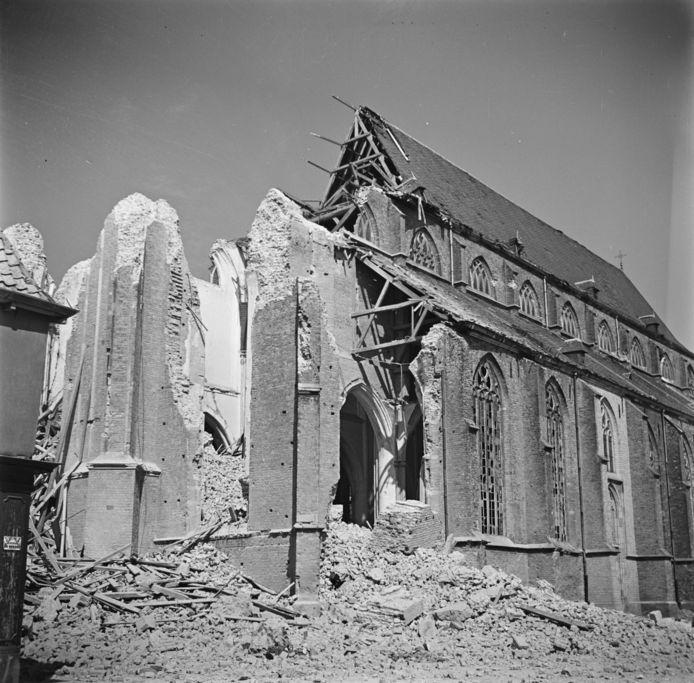 De Martinikerk in Doesburg in 1945, nadat de Duitsers de toren hadden opgeblazen.