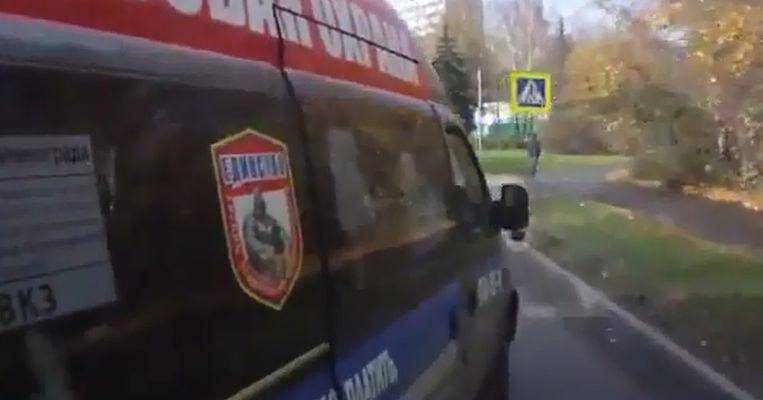 Aleksei Volkov, bijgenaamd De Straffer, ramt een busje. Beeld YouTube