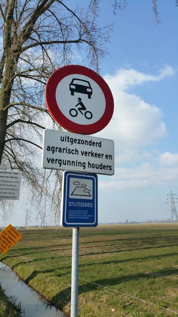 Het Binnenveld is alleen toegankelijk voor agrarisch verkeer en motorvoertuigen met een ontheffing.