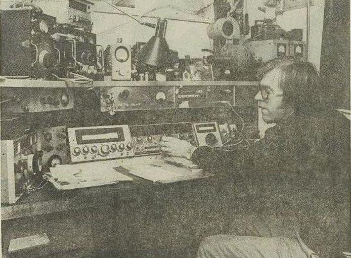 Jan Ottens thuis achter zijn zendapparatuur in 1977, toen hij een verbinding wist te leggen met een zendamateur in Australië.