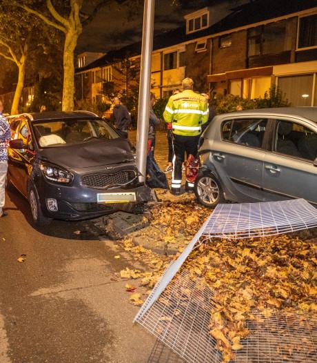 Bestuurster wordt onwel, ramt twee auto's en klapt op lantaarnpaal