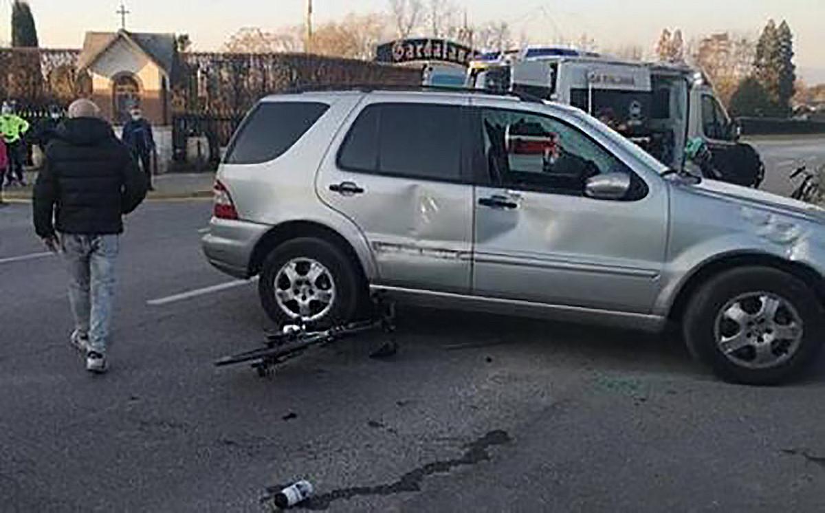Botsing Wilco Kelderman van BORA Hansgrohe met een SUV.