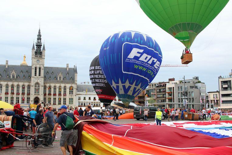 De ballons die opstegen deden dat in allerijl, om het regenfront dat er aan zat te komen