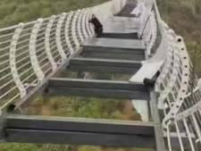 Chinese toerist ontsnapt aan de dood nadat deel van glazen hangbrug wegzakt