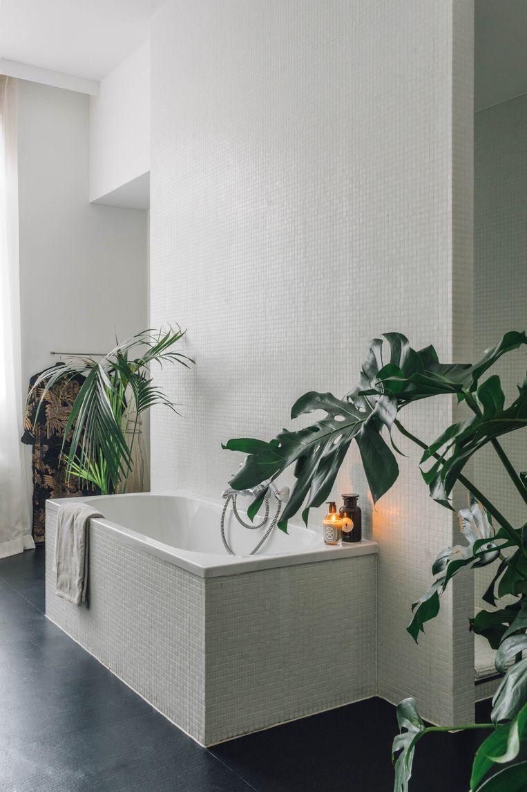 De strakke badkamer vloeit over in de rest van het interieur. Beeld Hannelore Veelaert