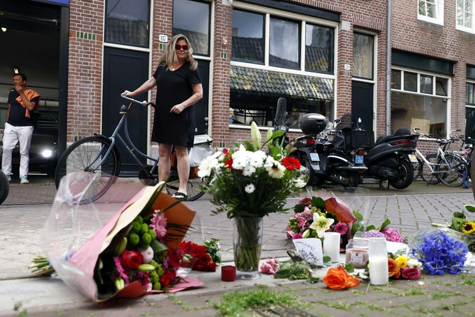 Bloemen, kaarsjes en steunbetuigingen aan Peter R. de Vries in de Lange Leidsedwarsstraat in het centrum van Amsterdam.
