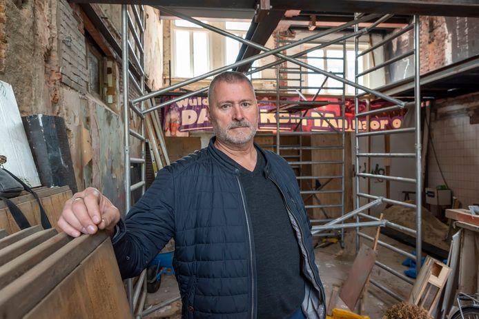 Jean-Pierre Kolthoff in zijn nieuwste café Kompaen aan de Markt, op de plek van tabakszaak Coppens en broodjeszaak de Smalle Pijp.