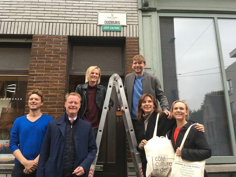 Schepen Christophe Peeters en handelaars bij het eerste PUUR Gent-bordje