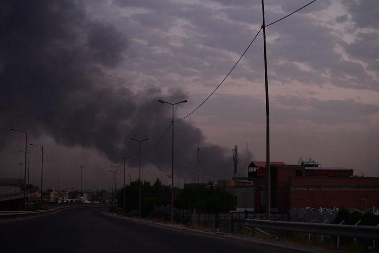 Een dikke rookwolk stijgt op boven Bagdad.
