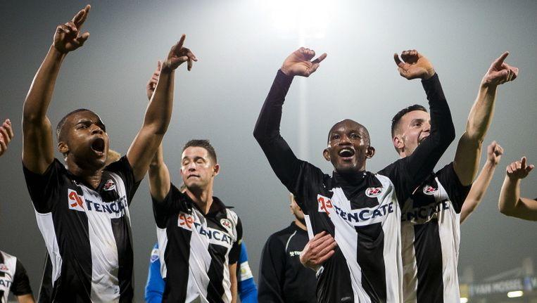 De spelers van Heracles vieren de overwinning op RKC. Beeld pro shots