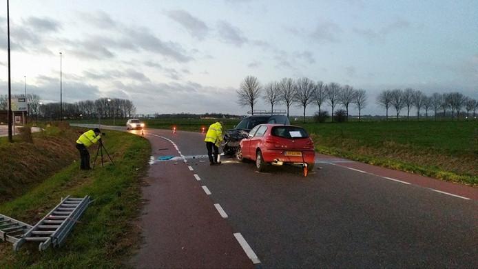 Twee auto's botsten maandagochtend frontaal op elkaar in Bruchem.