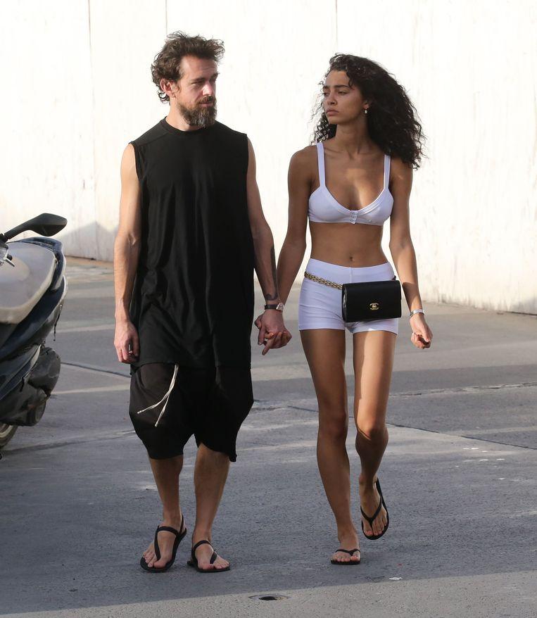 Jack Dorsey en Raven Lyn Cornell wandelen relaxed hand in hand tijdens een vakantie op Saint-Barth.