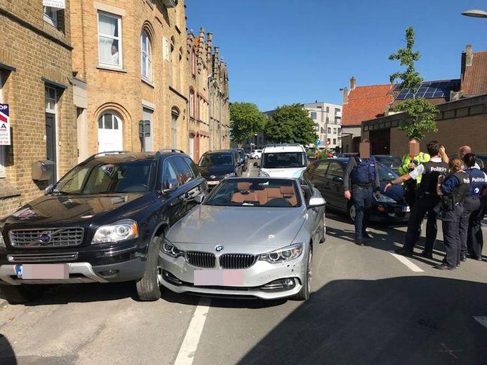 De BMW werd klemgereden door de carjacker en de bestuurder werd uit zijn wagen gesleurd. Er ontstond een hevige vechtpartij.