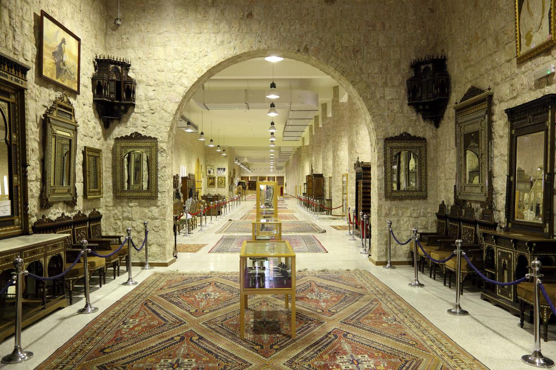Een tentoonstelling van historische meubels in het Sheikh Faisal Museum in Doha, Qatar. Beeld Shutterstock