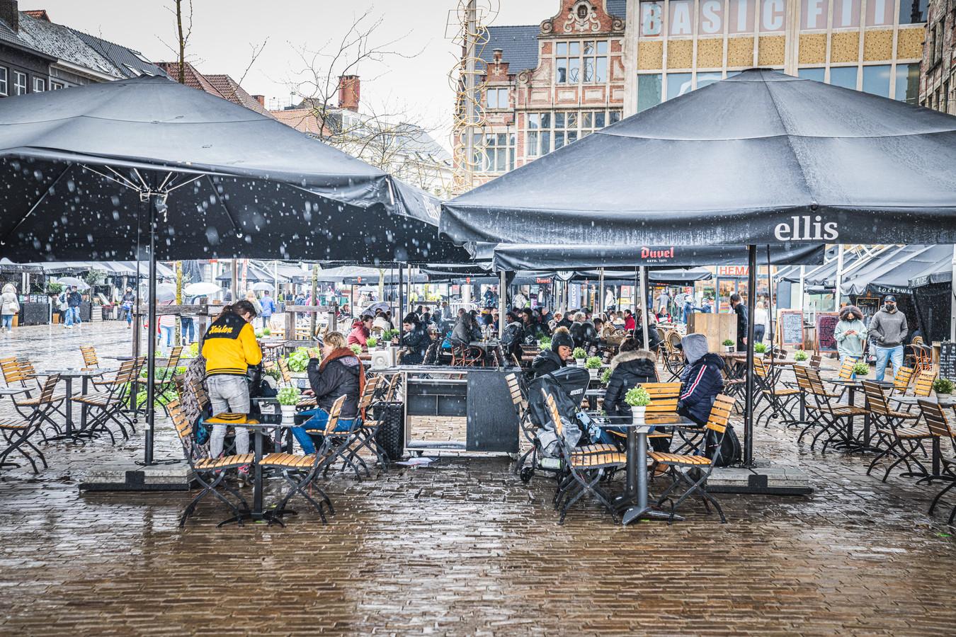 De Gentse terrassen openen in de regen