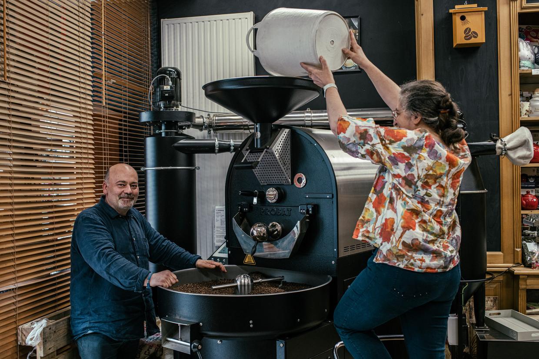 Bij de Berchemse koffiebranderij Helios gaan ze ervan uit dat de prijsstijgingen tijdelijk zijn. 'De prijzen van koffiebonen fluctueren even sterk als die van benzine.' Beeld Tine Schoemaker