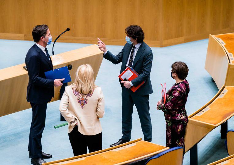 Mark Rutte (VVD), Jesse Klaver (Groenlinks), Sigrid Kaag (D66) en Lilianne Ploumen (Pvda) met elkaar in gesprek na afloop van een debat over de mislukte formatieverkenning.  Beeld ANP
