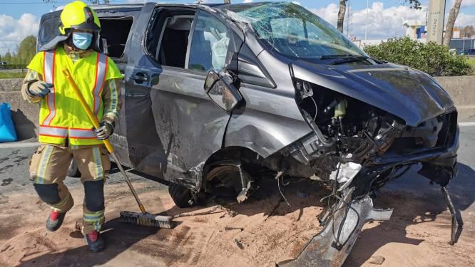 Bestelwagen over de kop op E34 nadat bestuurder inrijdt op vrachtwagen